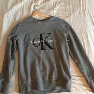 Calvin Klein tjocktröja i Storlek M för Kille men funkar även för tjejer. Är nästan oanvänd så den är i nyskick.