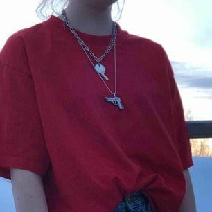 röd snygg tisha me hög krage!! den är klarröd men det syns ej på bilderna :( jättenajs som oversized!