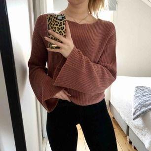 Fin stickad tröja från NA-KD som är använd fåtal gånger. Lite större i storleken så passar även XS/S. Köpare står för frakt!😊