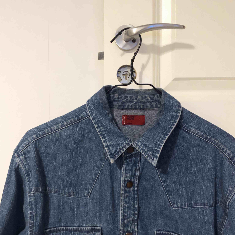 Levis-skjorta i nyskick, storlek medium. Skjortor.