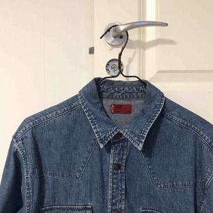 Levis-skjorta i nyskick, storlek medium