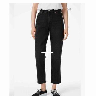 Svarta mom jeans (Taiki) från Monki. Som storlek M. Bilderna är tagna från hemsidan. Säljer för dom inte kommer till användning. Använt några få gånger, bra skick. Frakt tillkommer 🌻