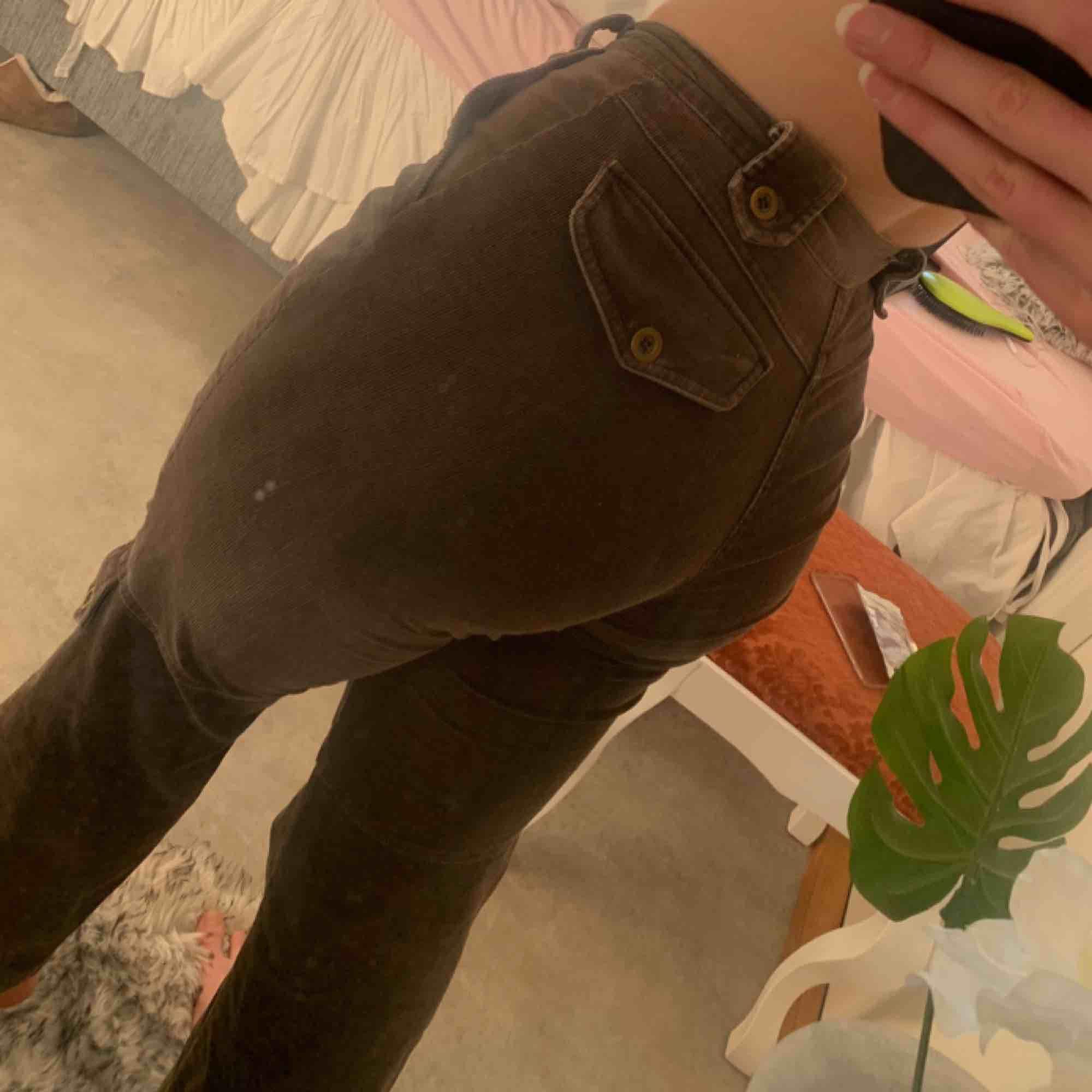 Svinsnygga cargopants i manchester, otroligt snygga och sköna. Lätt ett par favvos, kommer dock ej till användning längre! Frakt tillkommer :). Jeans & Byxor.
