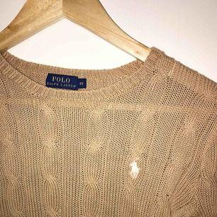 Beige stickad Ralph Lauren tröja, äkta. Storlek XS, inte särskilt stretchig. Använd fåtalet gånger men i bra skick. Nypris cirka 1.300kr. Köparen står för fraktkostnaden, alltså 400kr + eventuell frakt. Betalning sker via Swish.  KÖPT ÄR KÖPT!