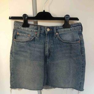 Jeanskjol från Weekday i modellen wend. Perfekta jeansblå färgen. Mycket fint skick - som ny.