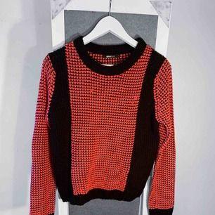 Rosa och svart stickad tröja från Gina Tricot storlek S i bra skick förutom små defekter. Frakt kostar 55kr extra, postar med videobevis/bildbevis. Jag garanterar en snabb pålitlig affär!✨ ✖️Fraktar endast✖️