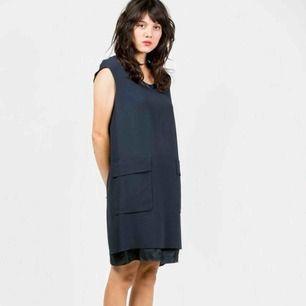 Acne Studios Palmer dress i färgen navy blue. Väldigt dyr i inköp så gör ett kap.