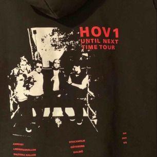 Säljer min Until Next Time Tour hoodie! Köpt på hov1:s popup-store vid annexet:) I bra skick🥰 köpt för 600kr.