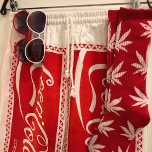 Cola shorts, 2 par solglasögon, 1 par strumpor. Allting helt nytt från min gamla butik och säljes för otroliga 120:- inkl frakt!  Först till kvarn gäller och har ca 3 av denna uppsättning.