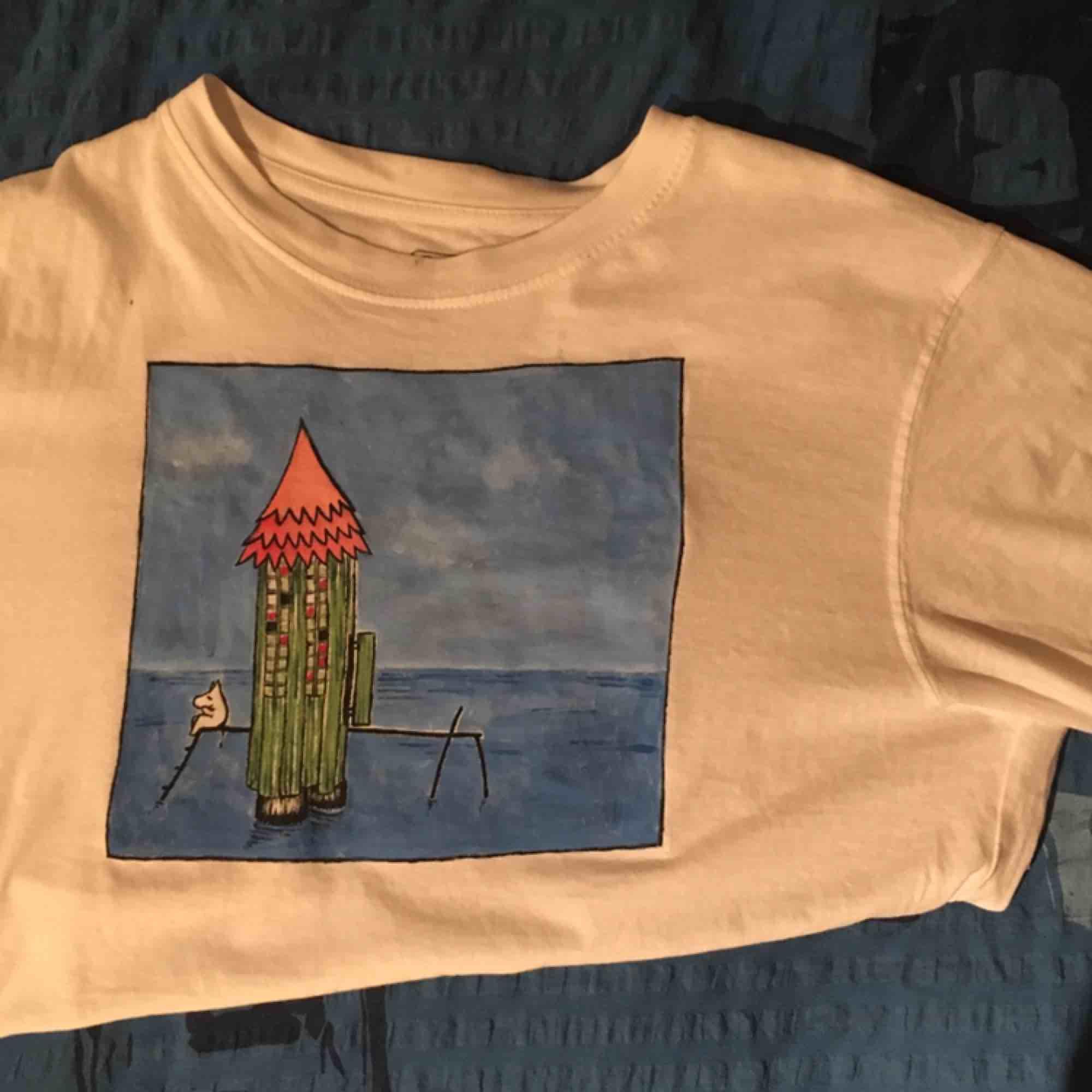 Hejhej jag säljer tröjor som jag målar själv. Denna är inte till salu men jag kan måla något liknande, ta beställningar eller bara hitta på ett nytt motiv❤️ pris varierar 200-300 beroende på vad du vill ha. Möts upp eller fraktar❤️. T-shirts.
