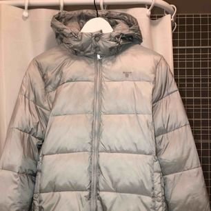 Grå Gant o puffer jacket, endast testad! Strl 170 passar XS/S även liten M beroende på hur man vill ha passformen. ⭐️  rosa innerfoder, 100% polyamid