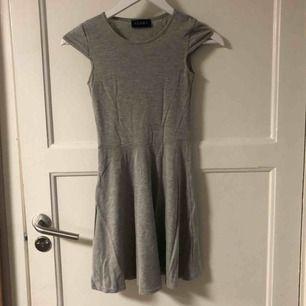 Fin grå klänning i storlek 4, motsvarar storlek XXS-XS. Fint skick!