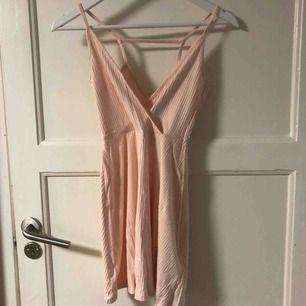 Laxrosa klänning från asos, aldrig använd.  Storleken är EU30/UK2 och materialet är väldigt stretchigt. Skulle därför säga att klänningen passar alla mellan storlek XXS och S⭐️