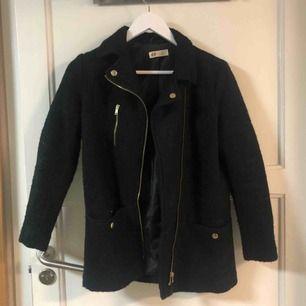 Fin kappa från H&M i storlek 152. Köpt på barnavdelningen men har själv använt den, så den passar en storlek XS. Bra skick.