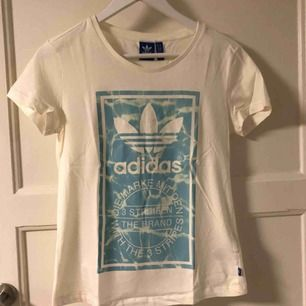 Adidas t-shirt i storlek S. Superbra skick då den knappt är använd. En liten svart prick syns på bild 2 som troligen går bort i tvätten!