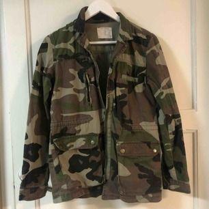 Jacka i camouflagemönster från Pull & Bear. Fint skick.