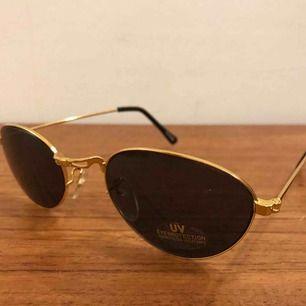 Nya solglasögon från 80-90 talet. Finns 12 par och säljes för 10:- plus 9:- i frakt=19:-