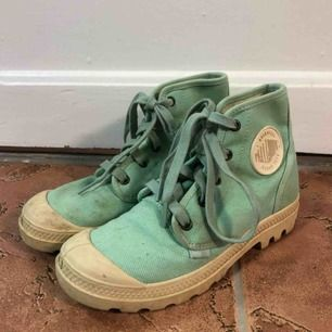 Palladiumskor i turkos färg. Skorna är lite smutsiga (det som syns på bilden) men är använda väldigt lite.