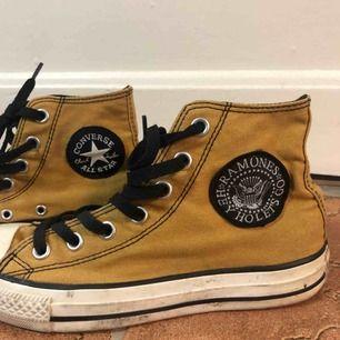 Coola Converse med Ramones logga på utsidan av båda skorna. Använda väldigt lite. Självklart äkta.