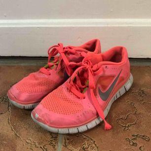 Fina Nike free run, äldre modell. Skorna är använda med skada längst fram på vänsterfot, men är utöver det i gott skick. Storlek 37, men passar även 36.