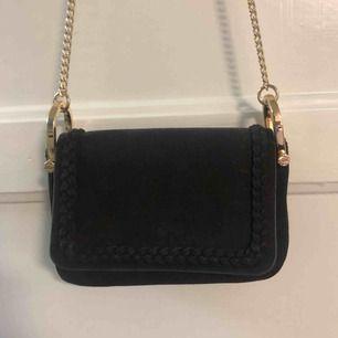 Superfin väska från H&M. Sparsamt använd men har en rosa fläck på baksidan (bild 3) som ej syns när en har den på sig.