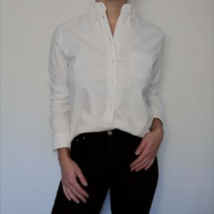 Skitsnygg vit skjorta från Uniqlo, i oxfordmodell. I storlek M och i väldigt fint skick! 100 % bomull.