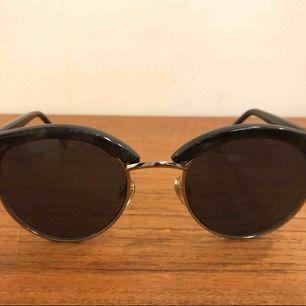 Helt nya solglasögon i Club Master modell. 11:- plus frakt 9:- =20:- totalt. Skicka pm för frågor och beställning, har ca 5 par kvar.