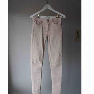 Superbekväma, våriga, pastellrosa, stretchiga slim fit jeans från Acne Studios. 2 500 kr i nypris, storlek 27 waist 34 length. Kan posta eller mötas upp i Stockholm!