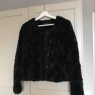 Svart Pälsjacka i mjukt material , jackan väldigt fint skick och har inga skador eller likande , 150kr + frakt storlek S