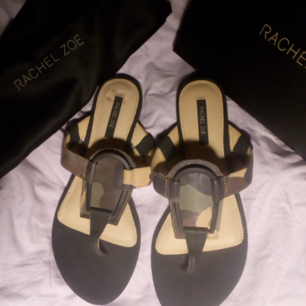 Helt nya oanvända sandaler från Rachel Zoe, passade inte min fot, kommer med originalbox o dustbag, dom är verkligen jättesnygga camoflage färger. Nypris 1.695kr, säljer mkt billigt helt nya skor för 895kr!!!