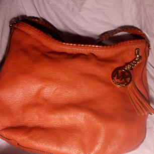 En helt underbar röd/orange väska fr Michael Kors, lite ovanlig modell i mjukt skinn, sparsamt använd o i mkt bra skick, passa på att få en dyr väska till ett mycket bra pris!!!! Nypris kommer inte ihåg exakt men i regonen lite över 4.000kr  Köparen betalar frakt