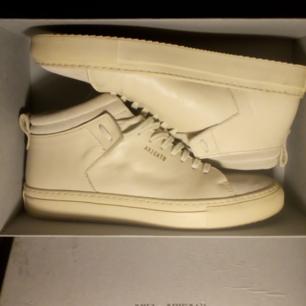 Axel Arigato original med box, ljusbeiga skinn/mocka höga sneakers är lite för stora för mig o använda max 2ggr, inga fläckar eller repor, som nya. Nypris 1.950kr annars är dom jättesköna, fina nu till sommaren:)  Köparen betalar frakt