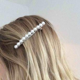 Trendigt hårspänne med pärlor! Aldrig använt pga har så många... Hör gärna av er vid frågor eller för fler bilder✨