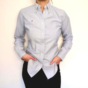 Supersnygg ljusblå skjorta från Ralph Lauren. I storlek 4, vilket motsvarar storlek 34-36. 100 % bomull och i väldigt fint skick!