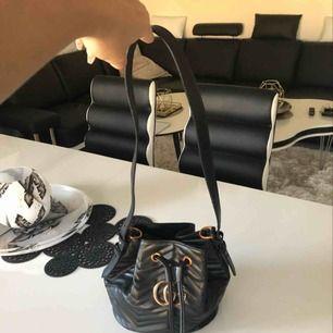 Fake Gucci väska, har dock aldrig använt den så den har inga skador . Köparen står för frakt. Tar gärna emot swish.