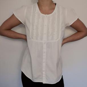 Fin vit kortärmad blus/skjorta från Lindex. I 100% bomull och storlek 36. I fint skick!