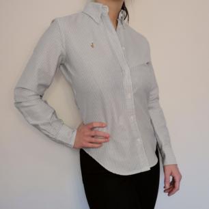 Supersnygg skjorta från Ralph Lauren. Ljusblå- och vitrandig. 100% bomull och i modellen super slim fit. I storlek 4, vilket motsvarar storlek 34-36. Toppenbra skick!