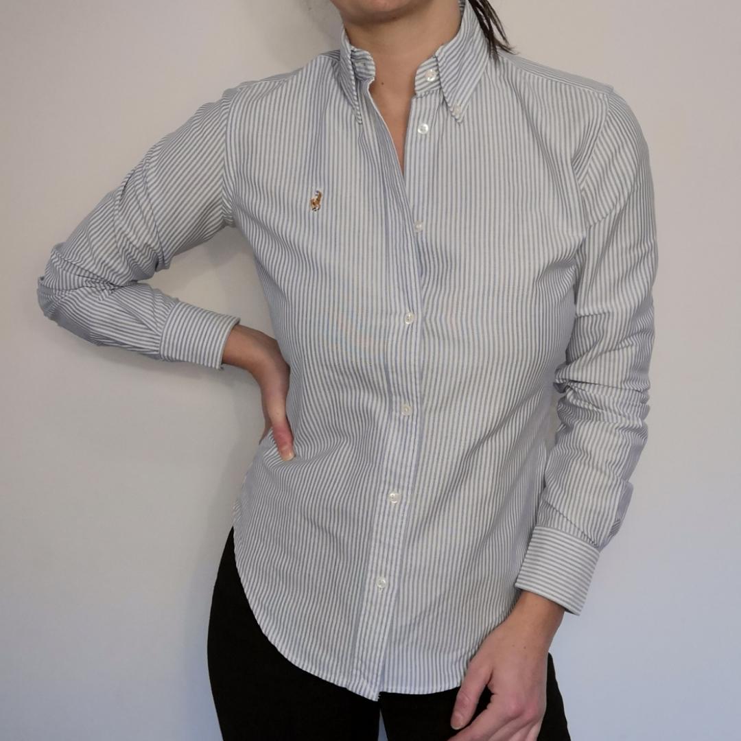 Supersnygg skjorta från Ralph Lauren. Ljusblå- och vitrandig. 100% bomull och i modellen super slim fit. I storlek 4, vilket motsvarar storlek 34-36. Toppenbra skick!. Blusar.