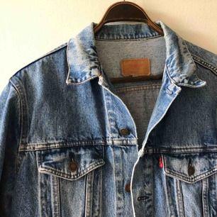Snyggt sliten Levis jeansjacka. Storlek 44 på lappen sitter sim en medium. Vintage, troligtvis från sent 80-tal / tidigt 90. Kan hämtas i Uppsala eller skickas mot fraktkostnad spårbart för 95 sek.