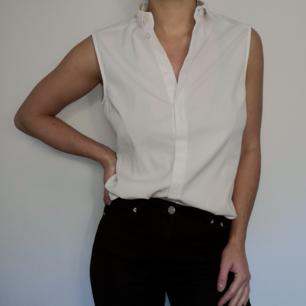 Superfin vit ärmlös blus/skjorta. Märket Zoul Edition från MQ. I storlek 38 och väldigt fint skick!