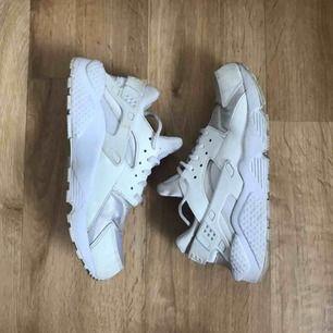 Nike Huarache Run som passar storlek 39🌸 (Storleken som står i är 41 men det stämmer inte på den här modellen) Använt men fint skick. Se bilder! Inköpta för 1300 kr och endast använda en säsong, så gör ett fynd!💁🏼♀️ Frakt 63 kr💌