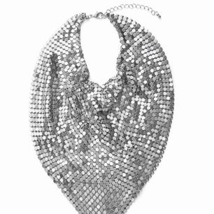 Halsband/scarf tillverkad i små metallplattor från Wera.