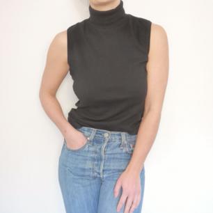 Snyggt svart linne med polokrage. 100% bomull. I storlek S från märket Olé.