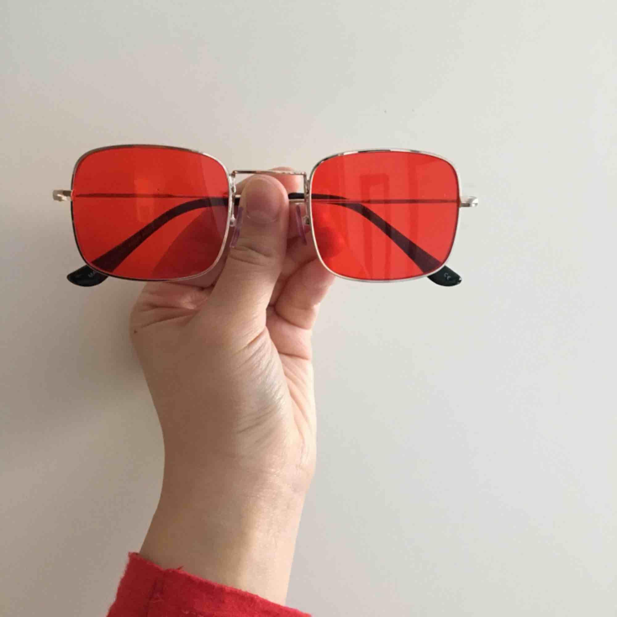 Ascoola röda solglasögon från Asos. Nytt skick. Frakt ingår :). Accessoarer.