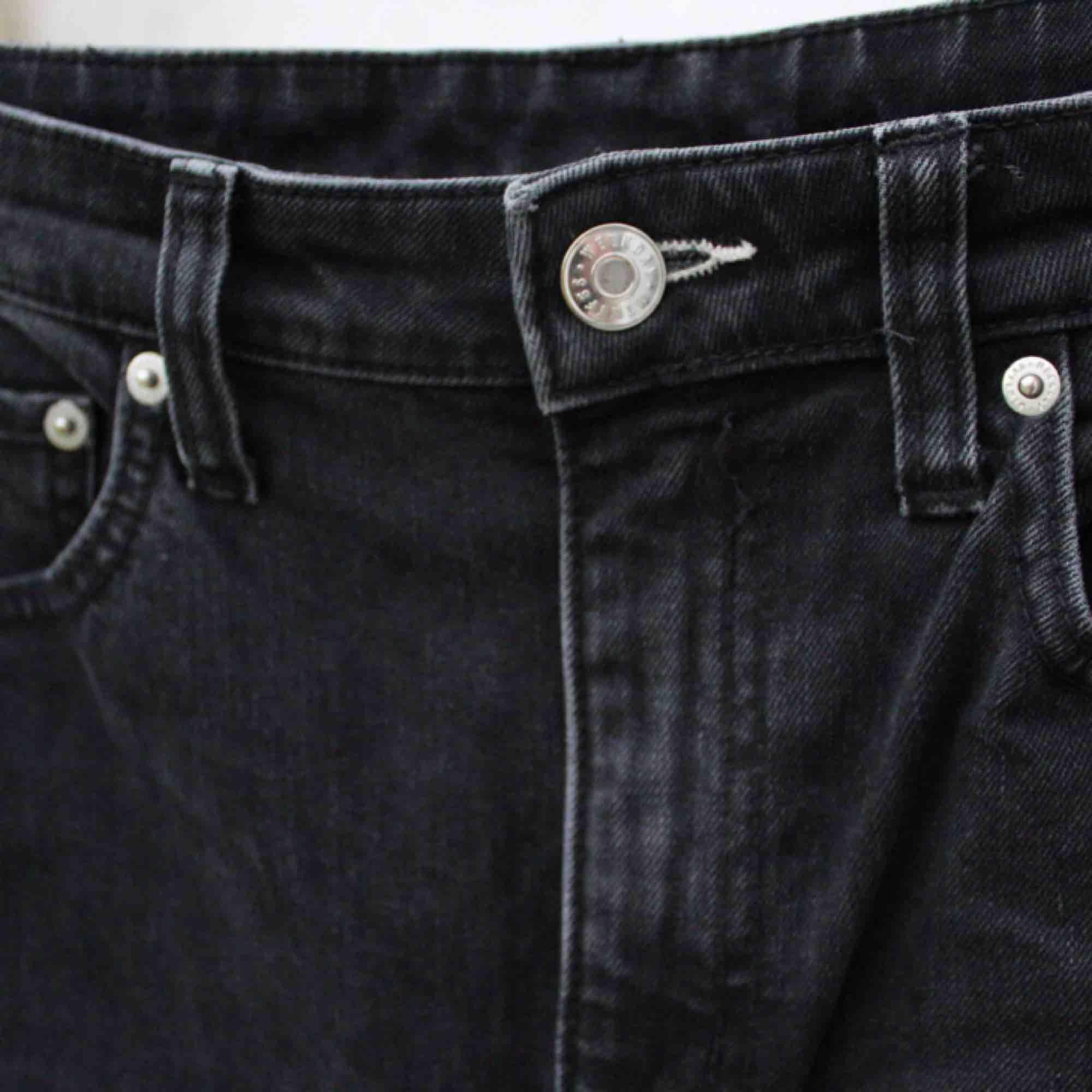 favvo jeansen från WEEKDAY som jag tyvärr växt urrrr 🖤 utsvängda och i väldigt bra skick!  . Jeans & Byxor.