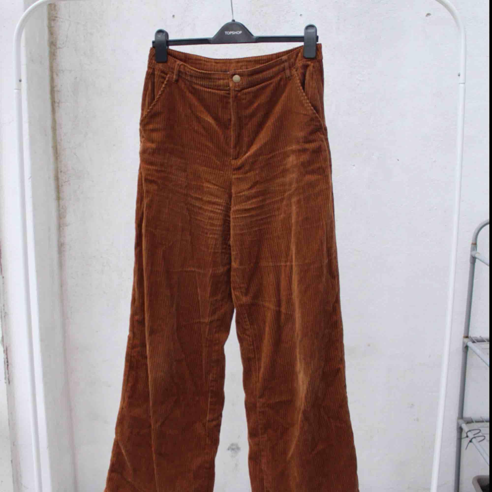 Superfina bruna Manchester byxor från Forever21 - storlek L men vi alla vet ju att det är som en S/M egentligen 🌵  FRI FRAKT. Jeans & Byxor.