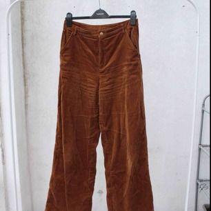 Superfina bruna Manchester byxor från Forever21 - storlek L men vi alla vet ju att det är som en S/M egentligen 🌵  FRI FRAKT