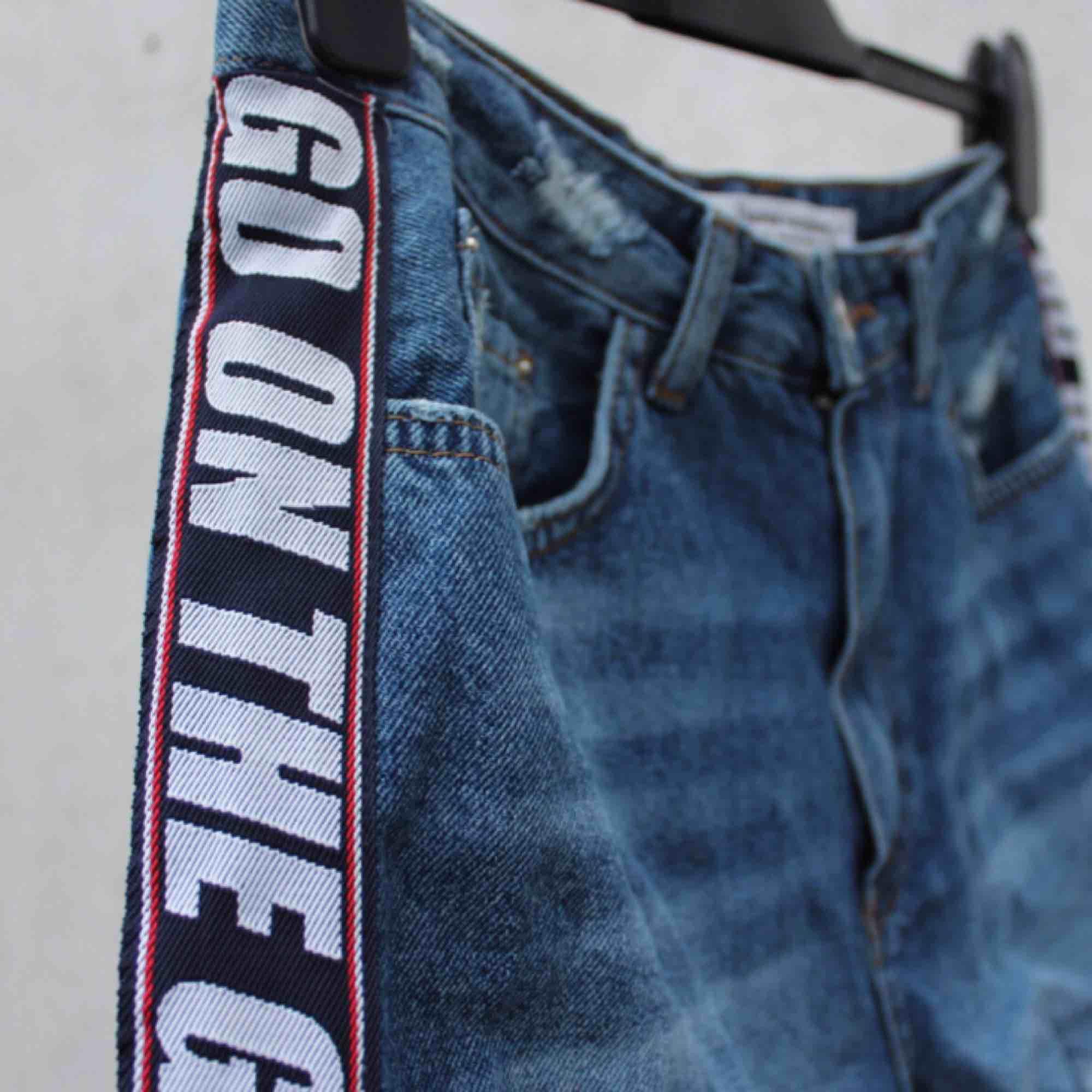 high waisted jeansshorts köpta i London med coola detaljer på sidorna 🦋  FRI FRAKT. Shorts.