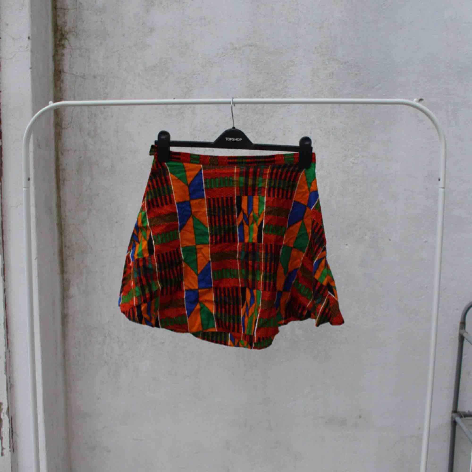 Superfin kjol i traditionellt Ghanansk tyg 🌹 hemmagjord så den är ganska ömtålig när man sätter på sig den så man får ha det i åtanke men dem sitter så fint på!   FRI FRAKT. Kjolar.