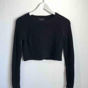 Monki knitted crop top i svart i fint skick endast använd ett fåtal gånger. Kan mötas upp i Lund eller frakta mot betalning 💫